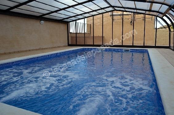 Casa con piscina climatizada cubiertas de piscina desde uacnoche exclusiva casa con piscina - Casa rural piscina interior ...